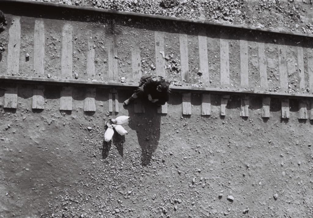 23.Sabirabad rayonunda dəmir yolunda məskunlaşan köçkün qadın 2001 il