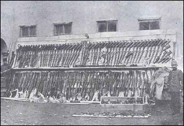 6 Sivas şəhərinin mərkəzində ələ keçirilən silahların bir qismi. Ermənilər tərəfindən hazırlanmış jandarma uniformaları, silahlar və bombalar