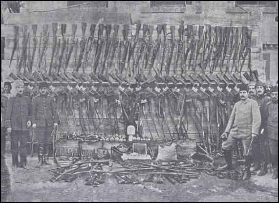 Adapazarında-ermənilərdən-toplanan-silah-və-bombaların-bir-qismi