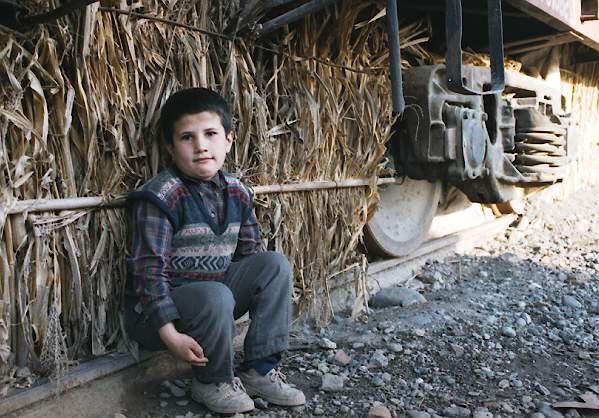 Dəmir yolu vağzalında yerləşən məcburi köçkün düşərgəsi. Bərdə rayonu 2001-ci il
