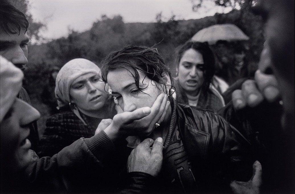 """11. Öz xidmətini həyata keçirərkən həlak olan Kosovalı patrulun dəfni. İzbika (Kosova). 6 noyabr 1998-ci il. Fotoqraf Dayna Smit (ABŞ) """"The Washington Post"""" üçün"""