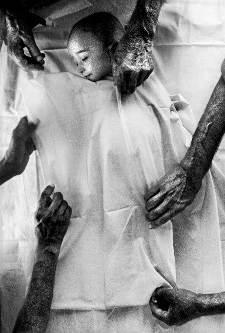 """13. Azyaşlı əfqan məcburi köçkünün dəfni. Yalozay (Pakistan). İyun 2001-ci il. məcburi köçkün düşərgəsi.  Fotoqraf Erik Refner  (Danimarka) """"Berlingske Tidende"""" üçün."""