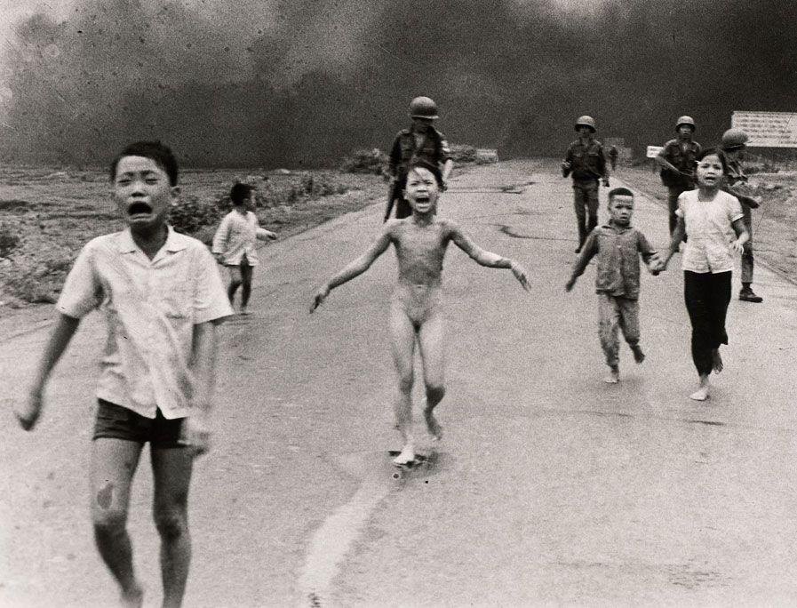 5. Fan Ti Kim Fuk (mərkəzdə dayanan  çılpaq azyaşlı) Vyetnam ordusunun bombardımanından qaçarkən.