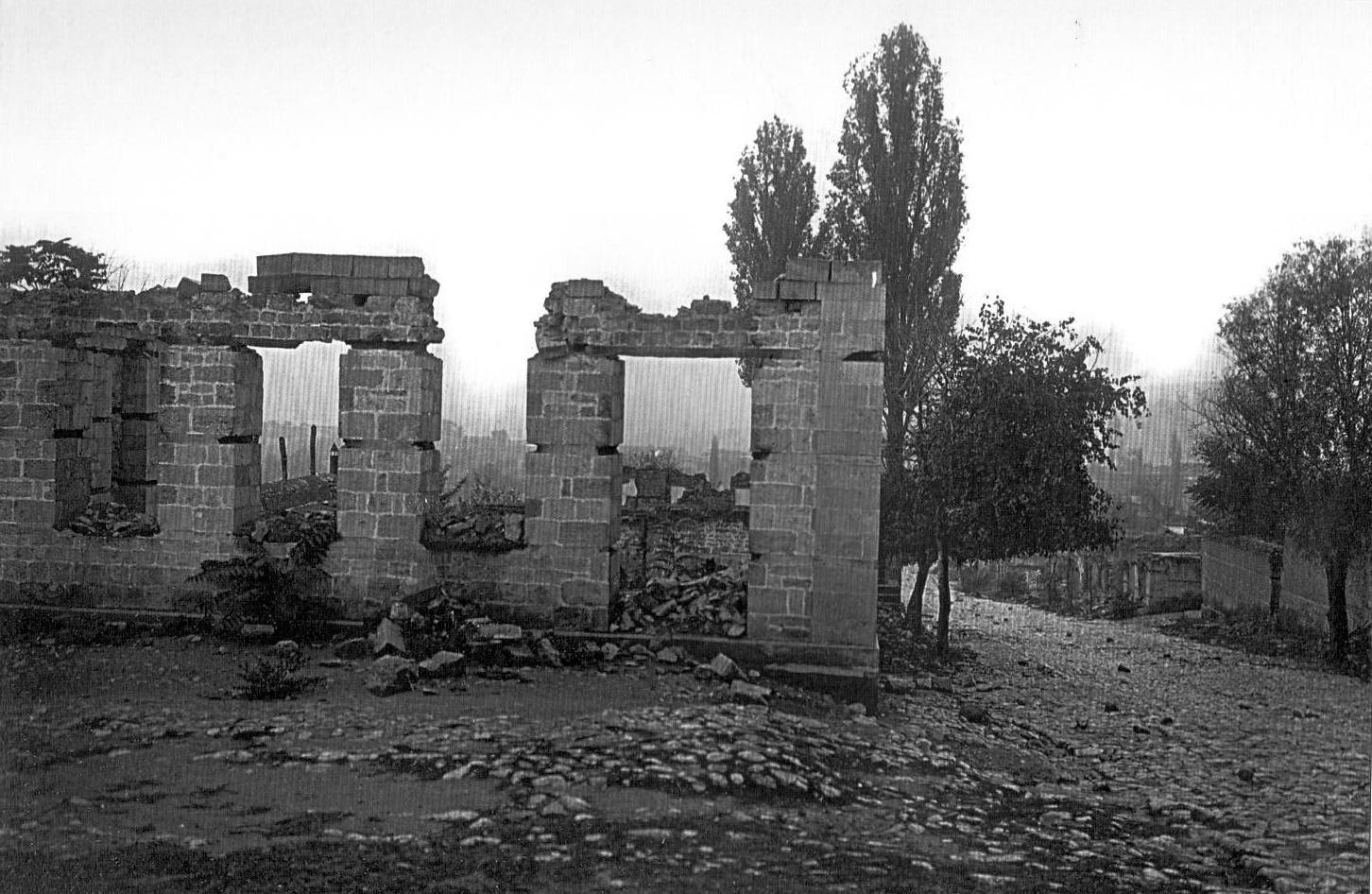 Qoşabulaq və Gürcübazar küçələrinin tinində yerləşən evlərin dağıntıları