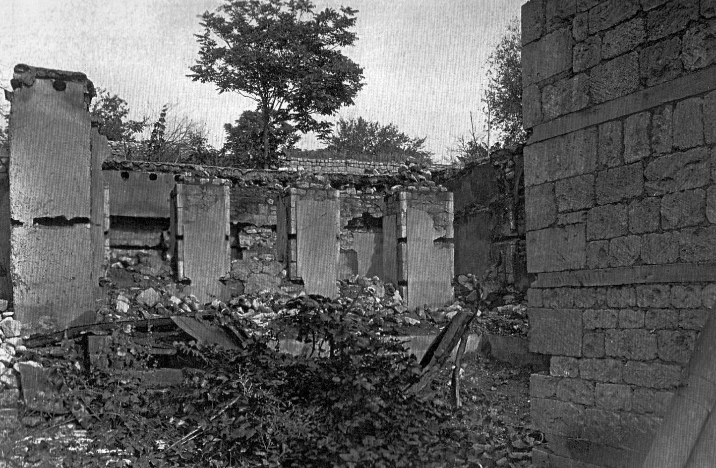 Şıxminas bölgəsində Cəfər-Qulu Axundovun evinin dağıntıları