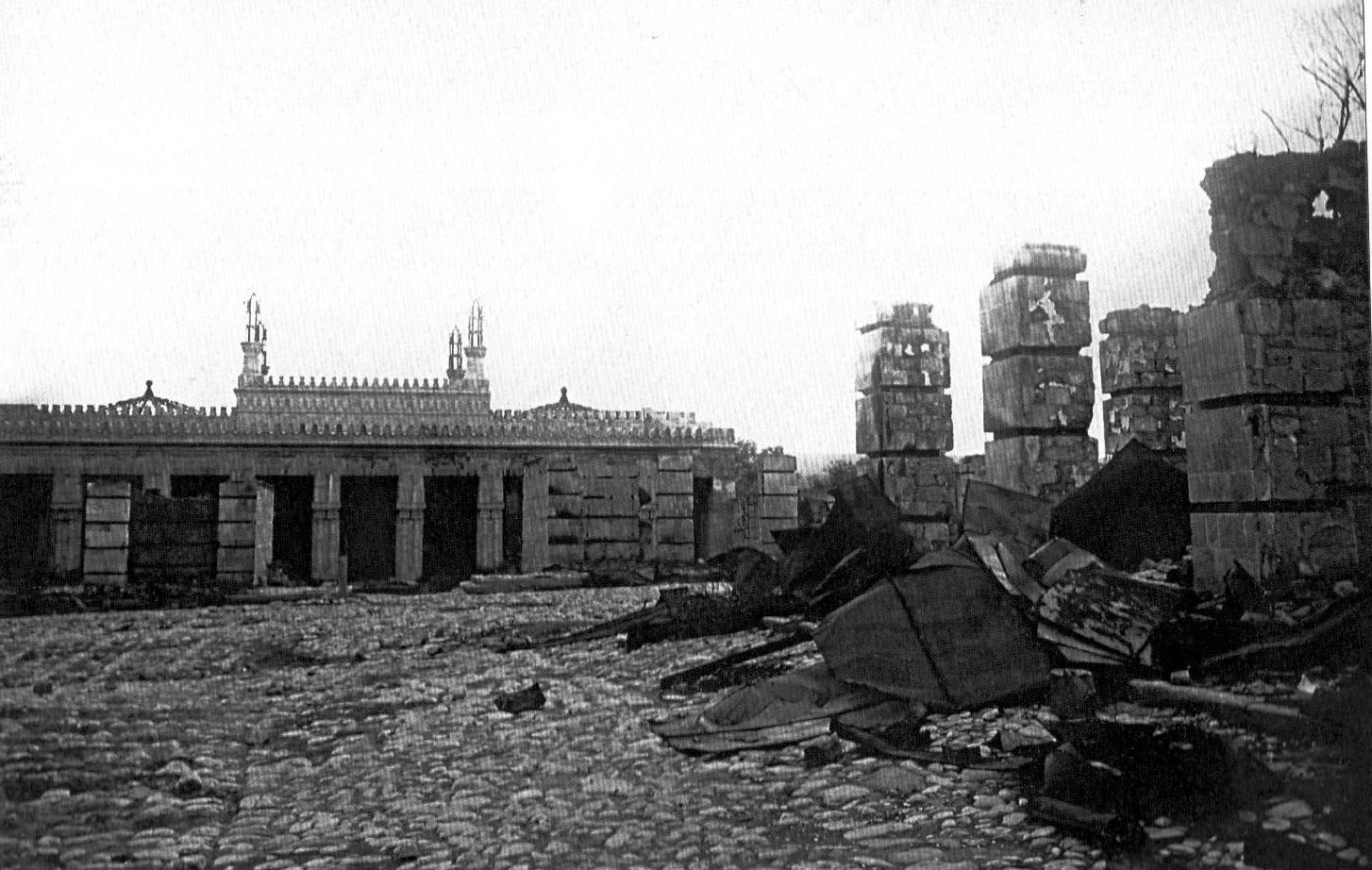 Cümə məscidinin qarşısında dağıntılar