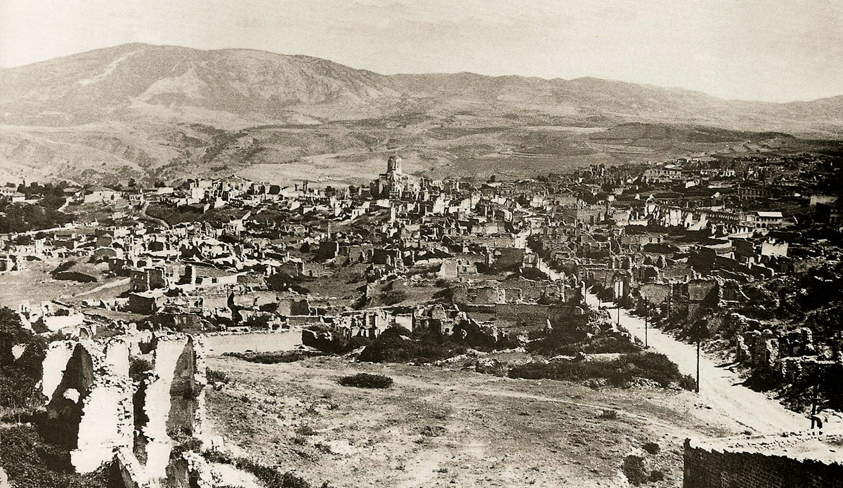Ruins_of_the_Armenian_part_of_the_city_of_Shusha_after_the_March_1920_pogrom_by_Azerbaijani_armed_units._In_the_center_-_church_of_the_Holy_Savior (1)