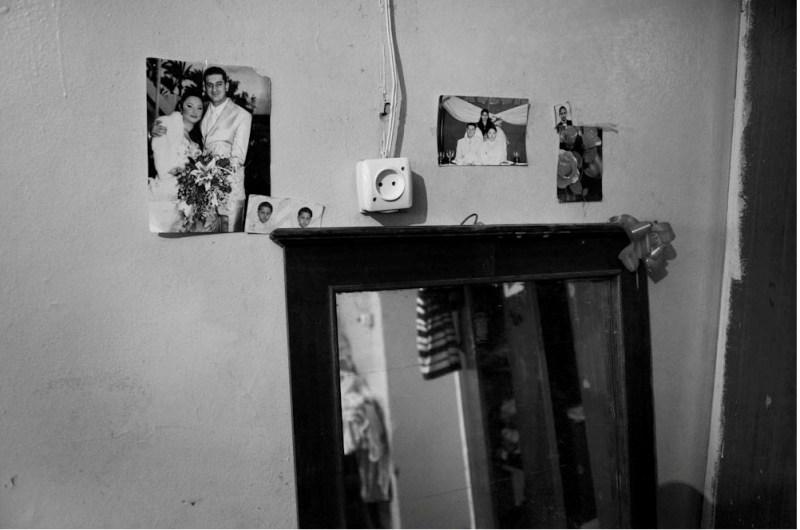 Семья, живущая в маленькой комнате с двумя детьми. Младший ребенок страдает от порока сердца.