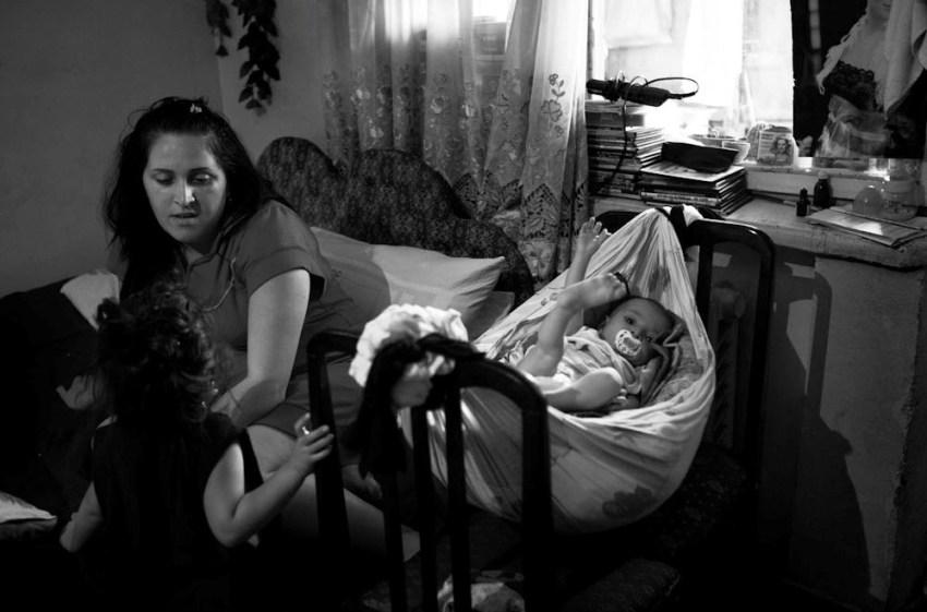 İki uşaq anası olan 21- yaşlı qız. Böyük uşağın 6 yaşı var. Erkən nikahlar normal yaşayış şəraiti olmayan məcburi köçkünlər arasında geniş yayılıb.