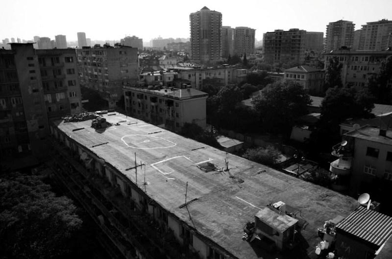 Опасные детские игры на крыше общежития.