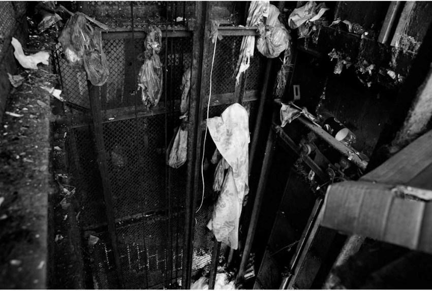 Yataqxananın 4-cü mərtəbəsi. İstifadə olunmayan, köhnə, zibillə dolu lift şaxtası. Yataq ağlarının qurudulması üçün istifadə olunan meydança.