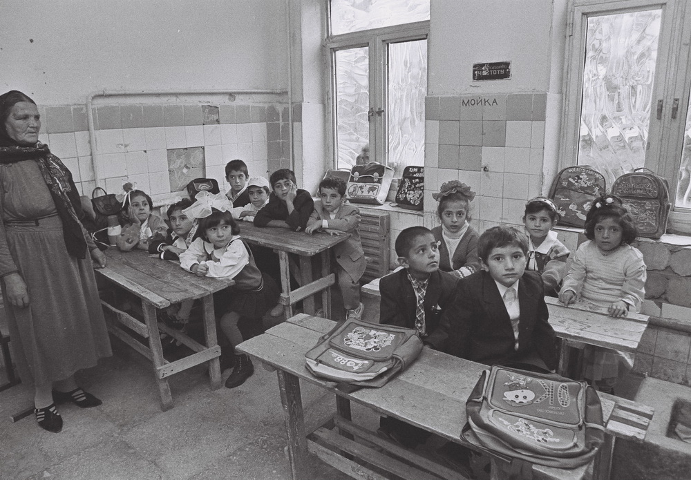Məcburi köçkünlər təhsil alır. Bakı,1995-ci il. Foto: Mirnaib Həsənoğlu