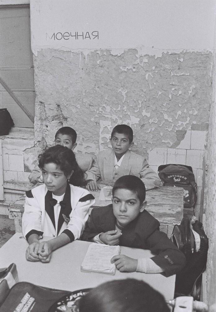 Məcburi köçkünlər təhsil alır. Bakı,1997-ci il. Foto: Mirnaib Həsənoğlu