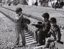 15-Sabirabad-rayonunda-dəmir-yolunda-məskunlaşan-köçkün-uşaqlar-2001-ci-il-