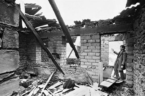 Qazaxda topla dağıdılmış ev. 1989-cu il.