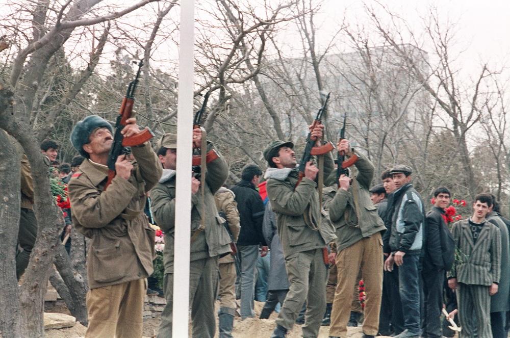 Şehitler Hiyabanı, şehitlerin defin töreni ve yapılan saygı atışı, 1992