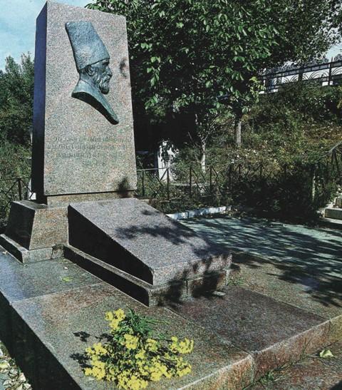 Mir Mövsün Nəvvabın qəbri. Şuşa 1957-ci il. Heykəltəraş Tokay Məmmədov
