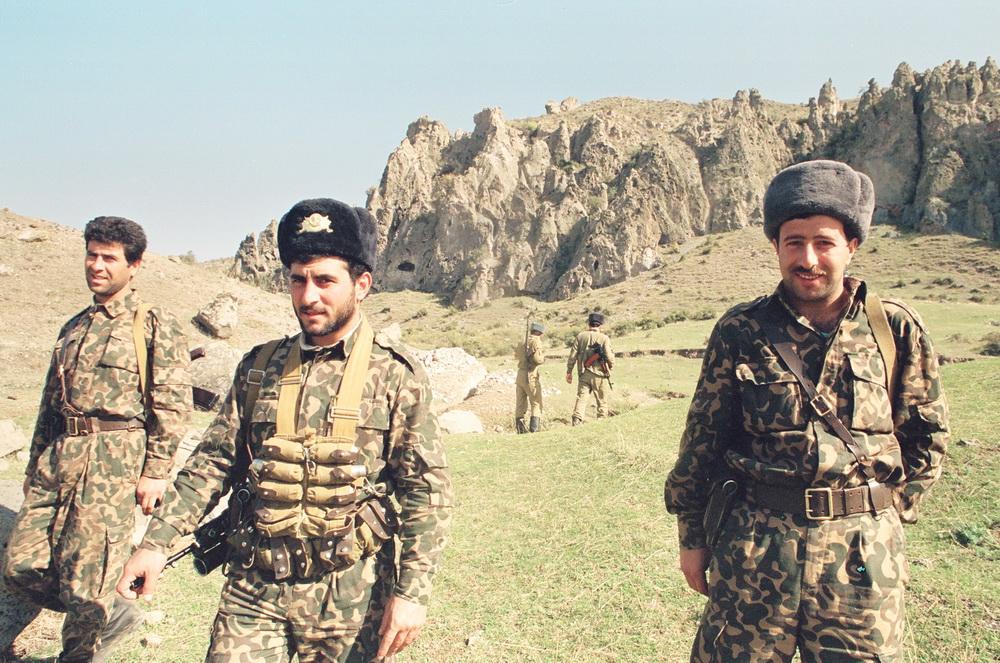 واحد سلمان اف (دست راست) معاون فرمانده گردان قوبادلی، سال ۱۹۹۳