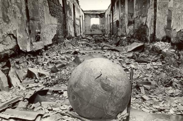 Ermənilər tərəfindən yandırılmış orta məktəb. Goranboy rayonu, Şəfəq kəndi . 1991-ci il