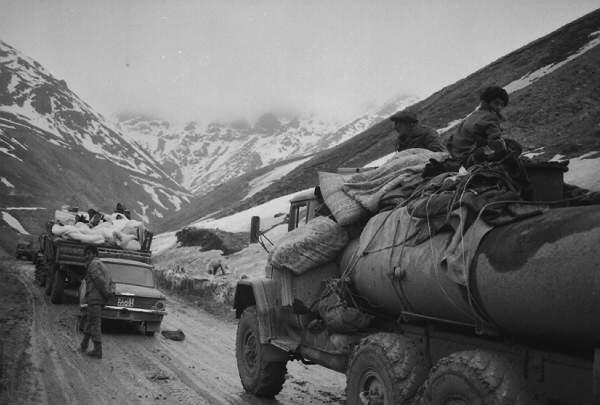 IDPs from Kalbajar, 1993. Murov-Kalbajar road. Photographer: Khalid Asgarov