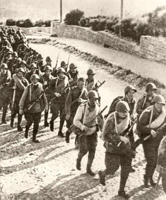 Батальон, отправляющийся на фронт, по дороге к станции Баладжары. 1942 год