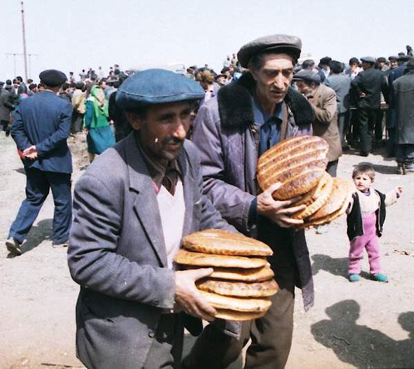 Хлеб. Гёйгёль, Апрель, 1993. Фотограф: Халид Аскеров