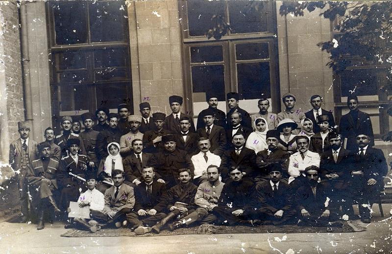 Həsən bəy Ağayevin rəhbərliyi ilə Azərbaycan Cümhuriyyəti Parlamentinin əməkdaşları. 1919-cu il