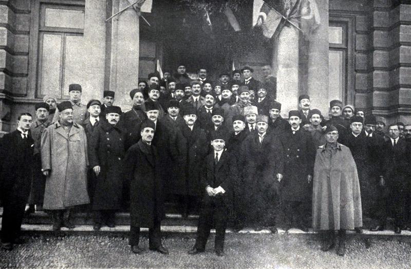 Azərbaycan Cümhuriyyətinin tanınması şərəfinə hökumət və parlament üzvlərinin xatirə fotoşəkli. Yanvar, 1920-ci il