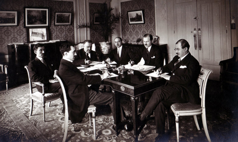 Parisə göndərilən Azərbaycan Nümayəndə Heyəti çalışma masası arxasında. 1919-cu il
