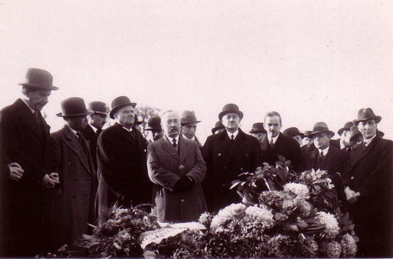 Məhəmmədəmin Rəsulzadə Əlimərdan bəy Topçubaşovun dəfnində. Paris, 1934-cü il