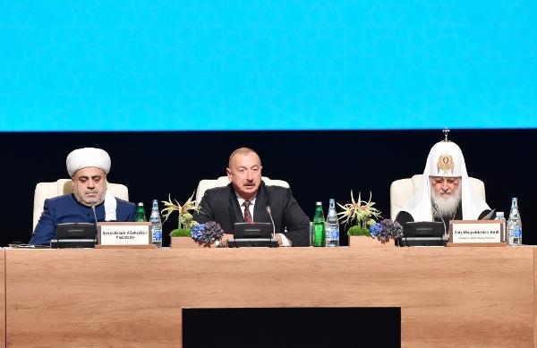Noyabrın 14-də Bakıda Dünya dini liderlərinin II Sammitində çıxış edən Azərbaycan prezident İlham Əliyev ile ilgili görsel sonucu